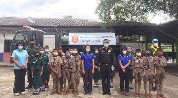 ทหารมอบน้ำดื่มให้นักเรียน โรงเรียนวัดหนองกระทุ่ม(สังฆรักษ์ราษฎร์บำรุง)